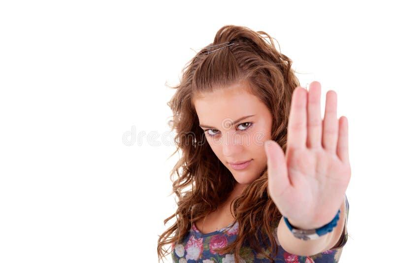 La jeune fille avec sa main a augmenté dans le signal pour s'arrêter images libres de droits