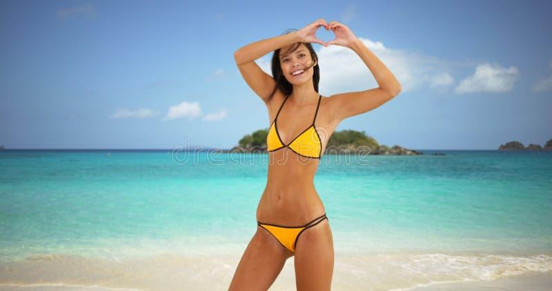 La jeune fille blanche saute par espièglerie sur une plage des Caraïbes photos libres de droits