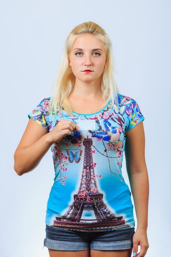 La jeune fille blonde tient la carte de visite professionnelle de visite images libres de droits