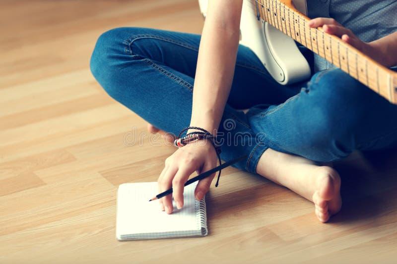La jeune fille compose la musique photos libres de droits