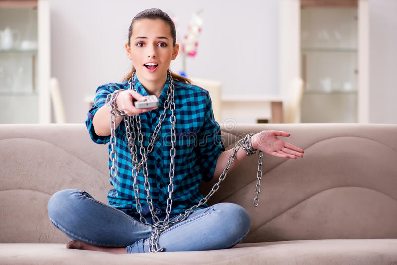 La jeune fille dépendante à la TV perdant son temps images libres de droits