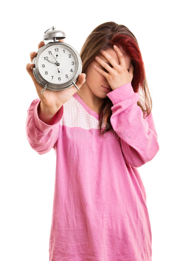 La jeune fille dans des pyjamas a dormi trop longtemps images stock