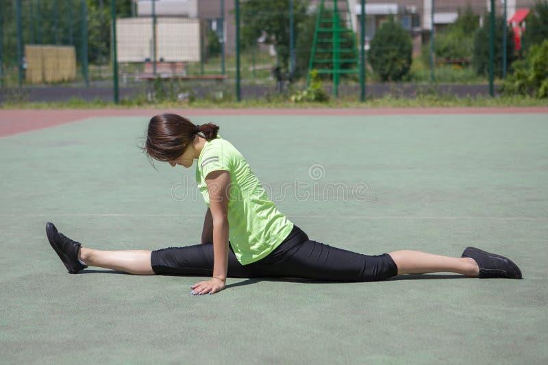 La jeune fille de forme physique avec des sports figurent faire l'?tirage photographie stock libre de droits