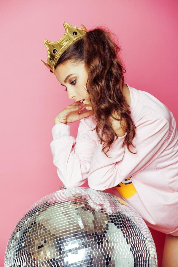 La jeune fille de partie mignonne aiment barbie sur le rose photo libre de droits