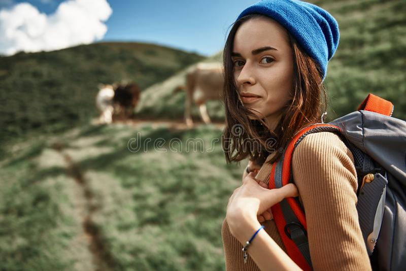 La jeune fille de sourire s'élève sur la crête image libre de droits