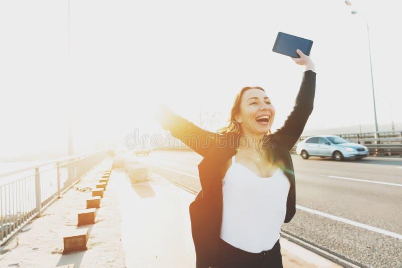 La jeune fille de sourire se réjouit tenir ses mains  photo stock