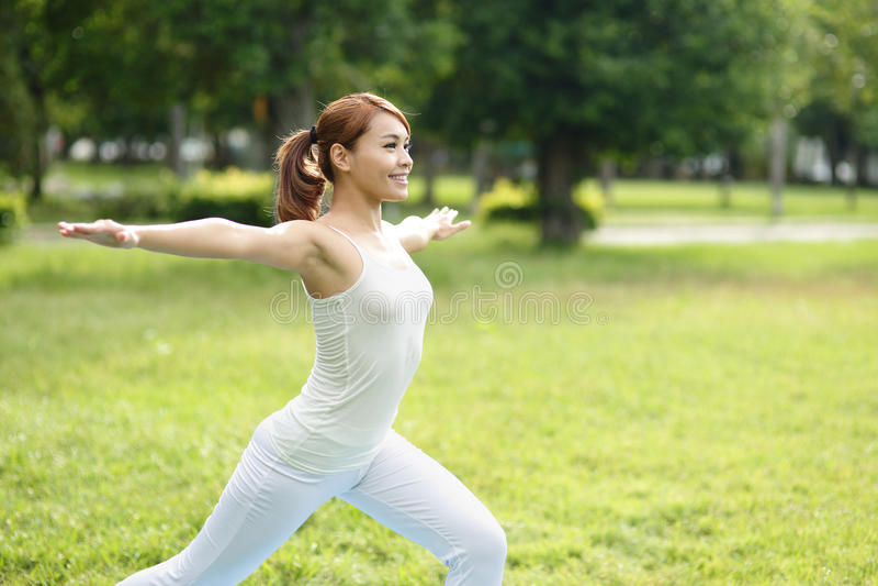 La jeune fille de sport font le yoga images libres de droits