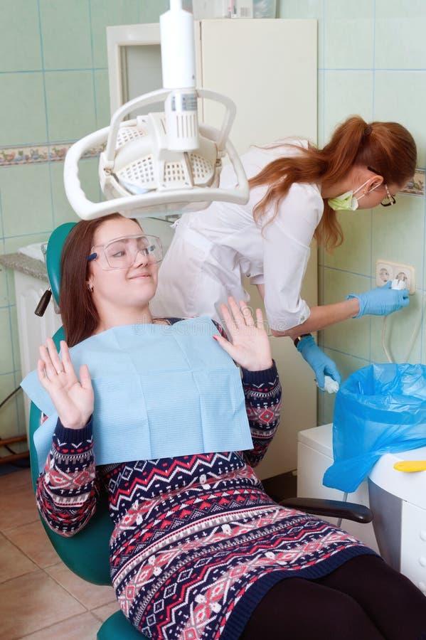 La jeune fille est effrayée à la visite de dentiste photos stock