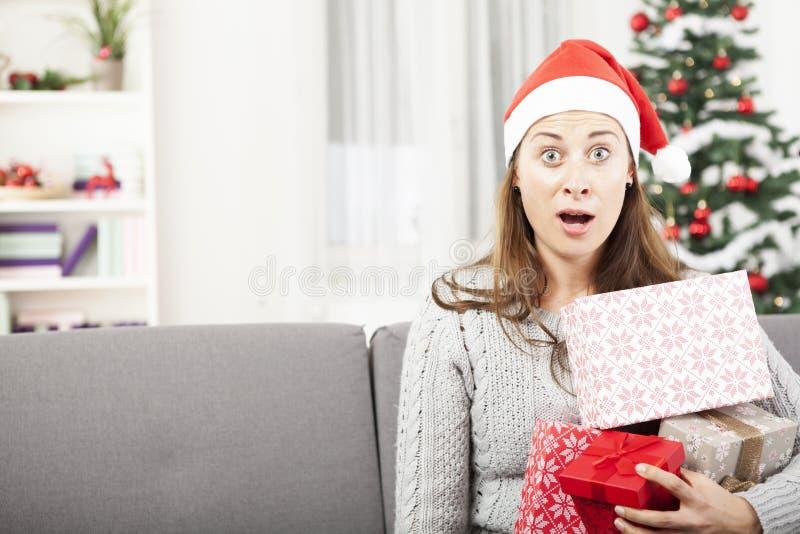 La jeune fille est soumise à une contrainte avec Noël photos libres de droits
