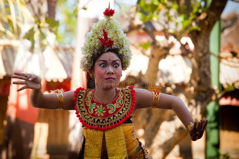 La jeune fille exécute une danse Barong de Balinese images libres de droits