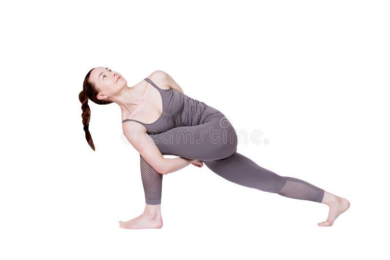 La jeune fille ex?cute diff?rentes poses du yoga, beau mod?le flexible sur un fond blanc m?ditation et asanas images libres de droits
