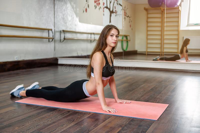 La jeune fille fait des exercices de yoga photographie stock