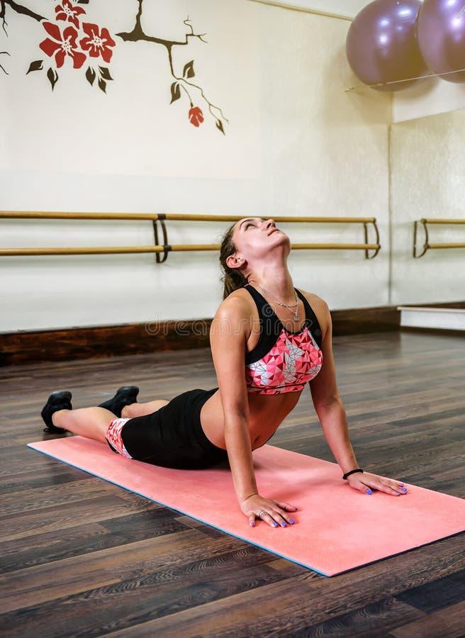 La jeune fille fait des exercices de yoga images libres de droits