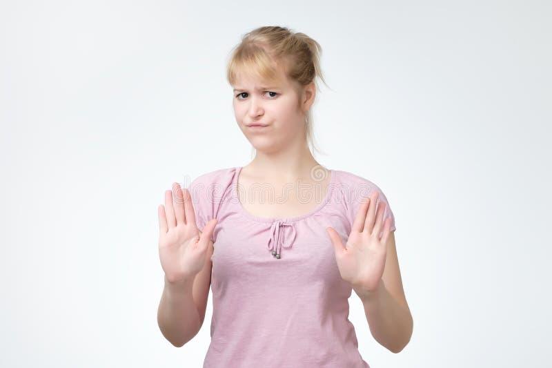 La jeune fille fait le signe d'arrêt, arrêt d'apparence de fille images stock