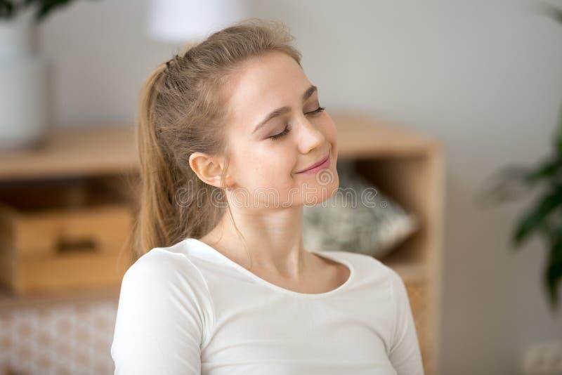 La jeune fille heureuse avec des yeux a clôturé rêver à la maison photos libres de droits