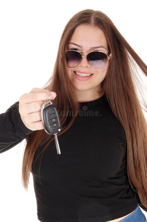 La jeune fille heureuse a pris une nouvelle voiture montrant les cl?s photo stock