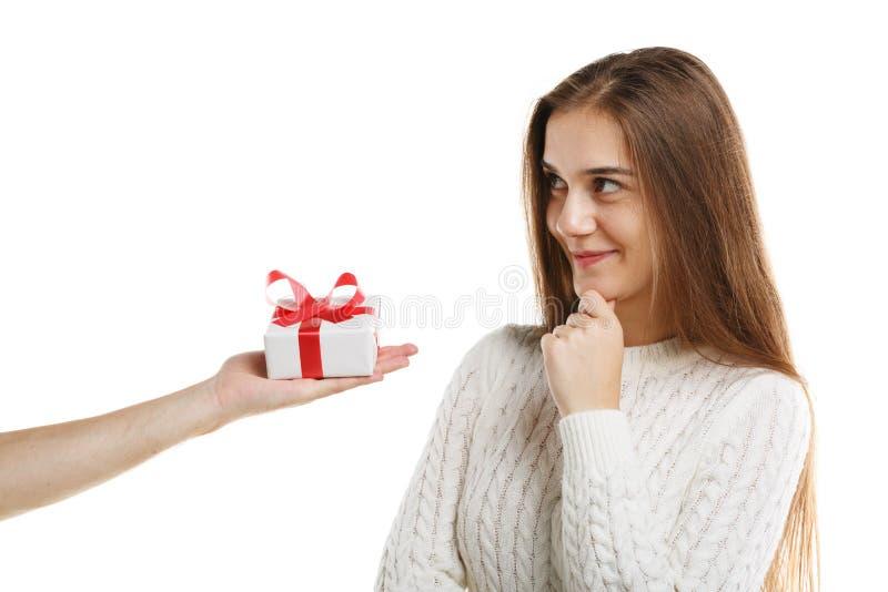 La jeune fille mignonne reçoit un cadeau D'isolement sur le fond blanc photo stock