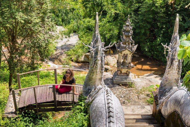 La jeune fille pose à un temple bouddhiste Wat en Chiang Mai image libre de droits