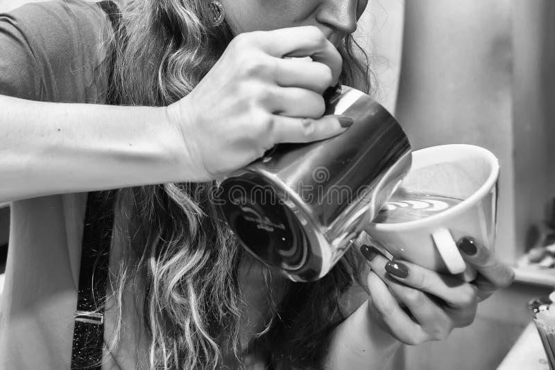 La jeune fille prépare le café photographie stock