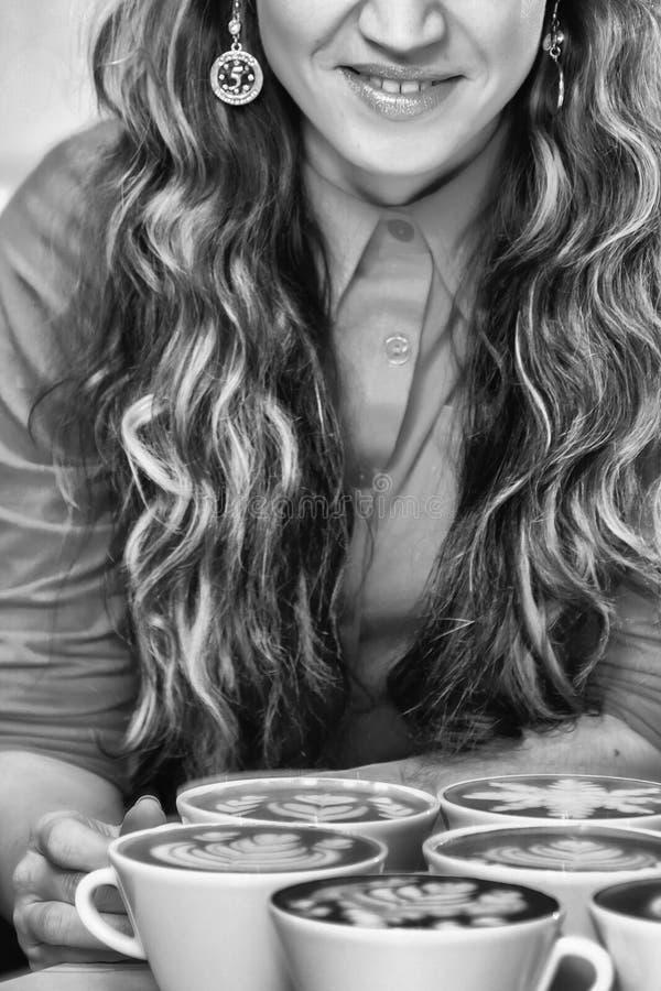 La jeune fille prépare le café image stock