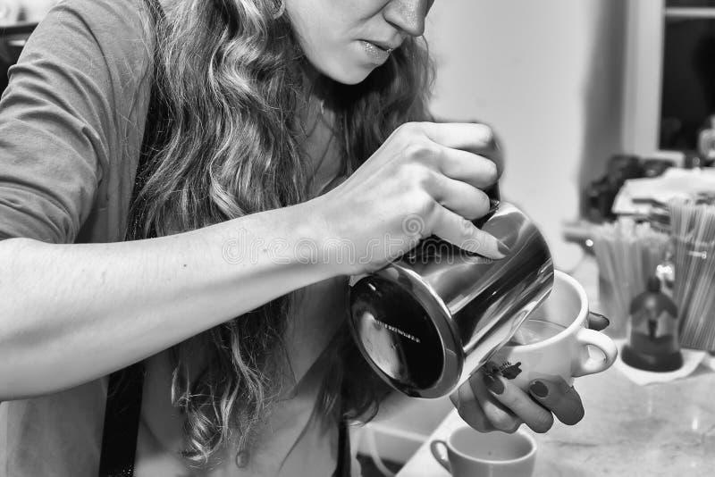 La jeune fille prépare le café photos stock