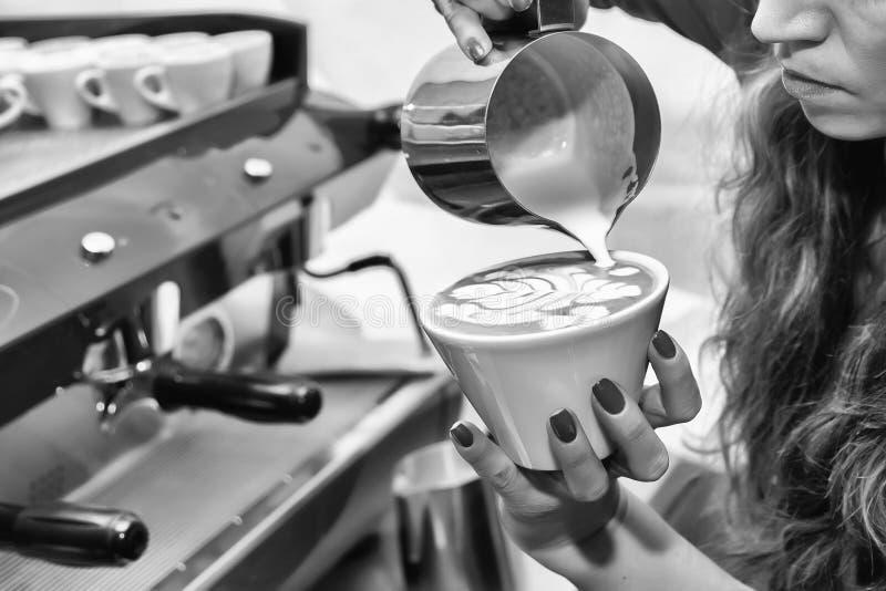 La jeune fille prépare le café photo stock