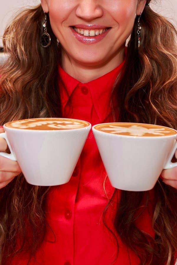 La jeune fille prépare le café photographie stock libre de droits