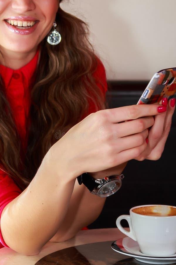 La jeune fille prépare le café photos libres de droits