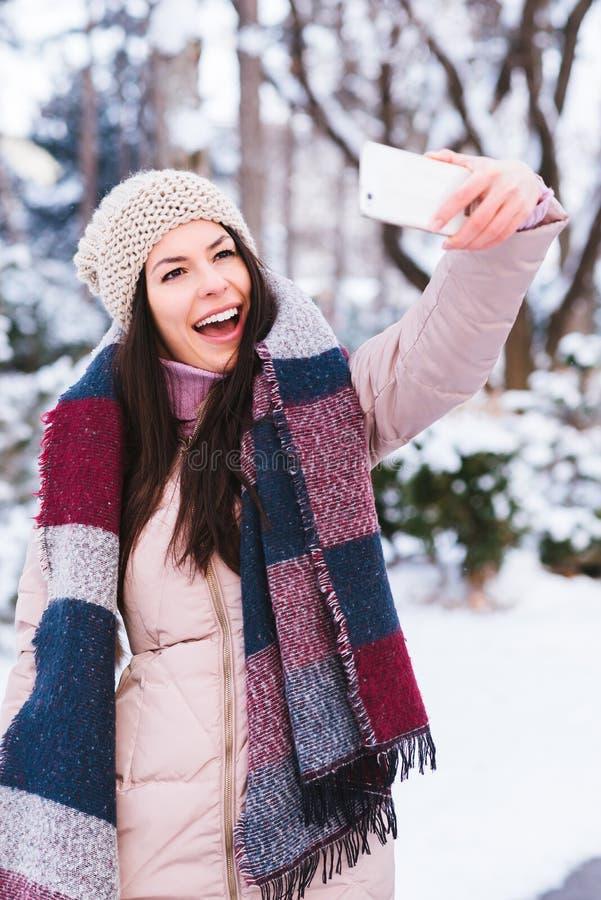 La jeune fille prennent un autoportrait photo stock
