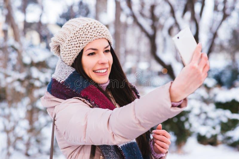 La jeune fille prennent un autoportrait photo libre de droits