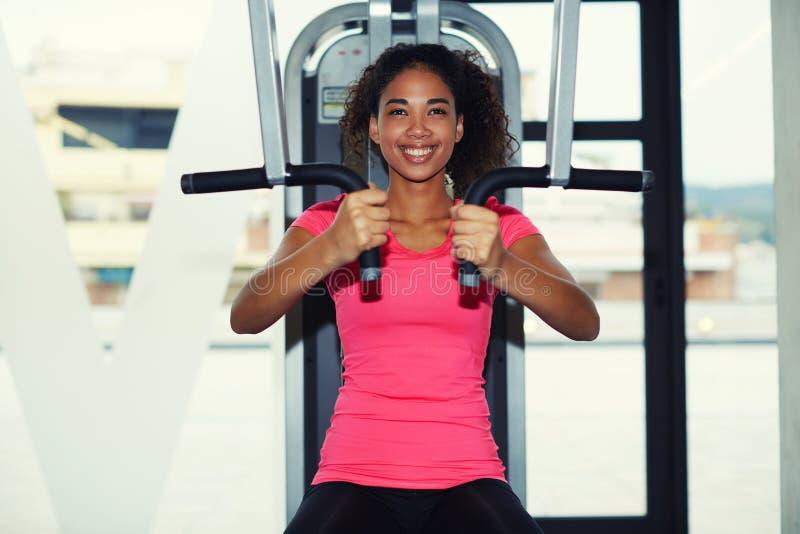 La jeune fille s'est engagée au centre de fitness dans sa production photographie stock libre de droits