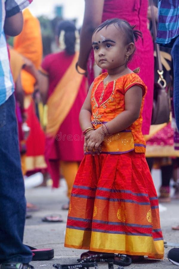 La jeune fille s'habillent pendant le Thaipusam en cavernes de Batu photographie stock