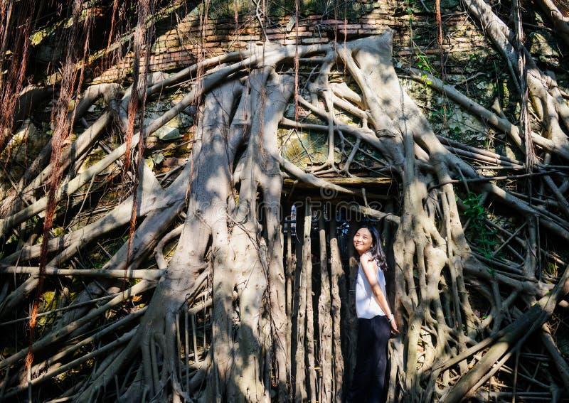 La jeune fille se tient devant cabane dans un arbre image libre de droits
