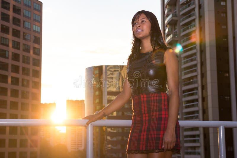 La jeune fille se tient et regarde en avant fin de l'après-midi images libres de droits