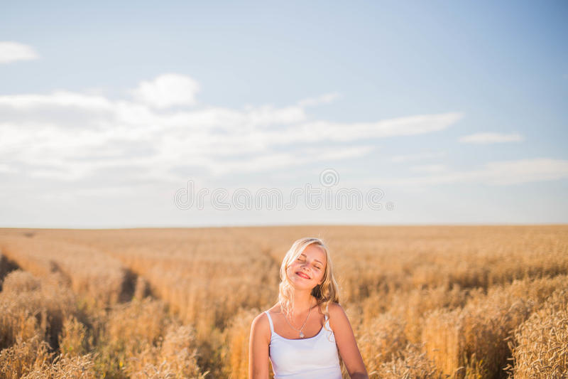 La jeune fille sourit dans le domaine photo libre de droits