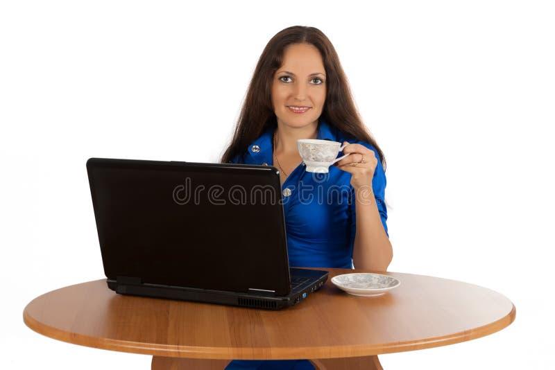 La jeune fille travaille sur l'ordinateur portatif. images stock