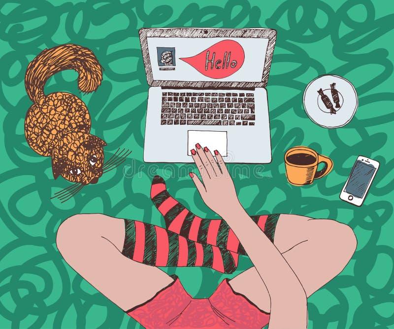 La jeune jolie femme avec le chat rouge cause en ligne Se reposer en tailleur et à l'aide de l'ordinateur portable à la maison illustration de vecteur