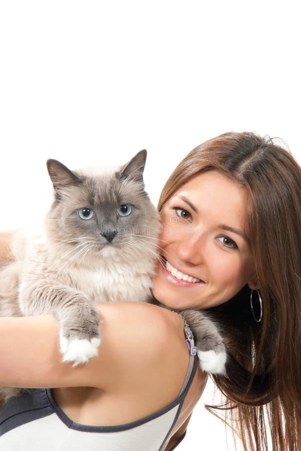 La jeune jolie femme retiennent son chat de Ragdoll photos stock