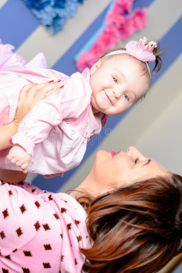 La jeune mère étreint sa petite fille dans la chambre photo stock