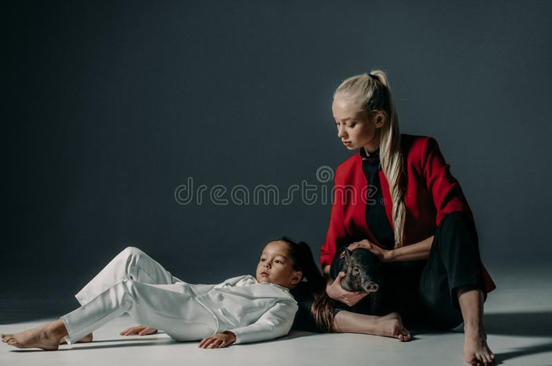 La jeune mère avec le porcelet vietnamien sur ses mains pose dans le St image libre de droits