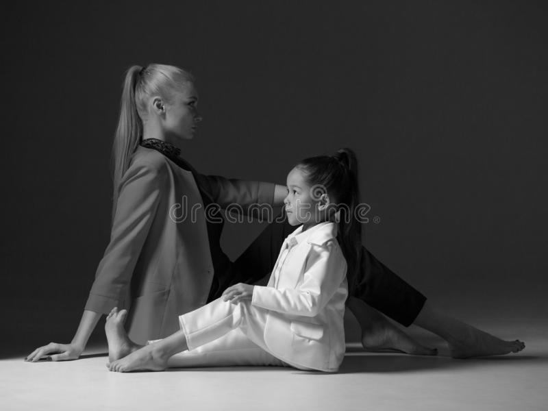 La jeune mère avec sa petite fille posent dans le studio image libre de droits