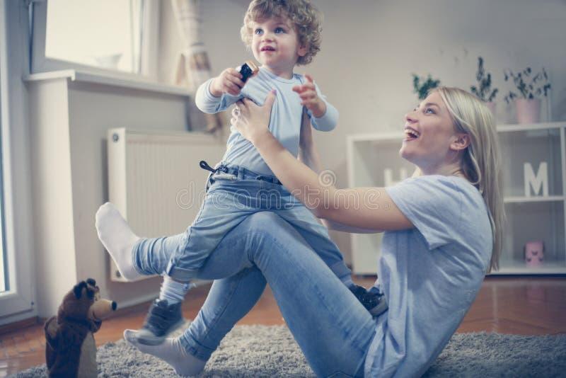 La jeune mère célibataire ont le jeu avec son bébé garçon Sur le mouvement photos libres de droits