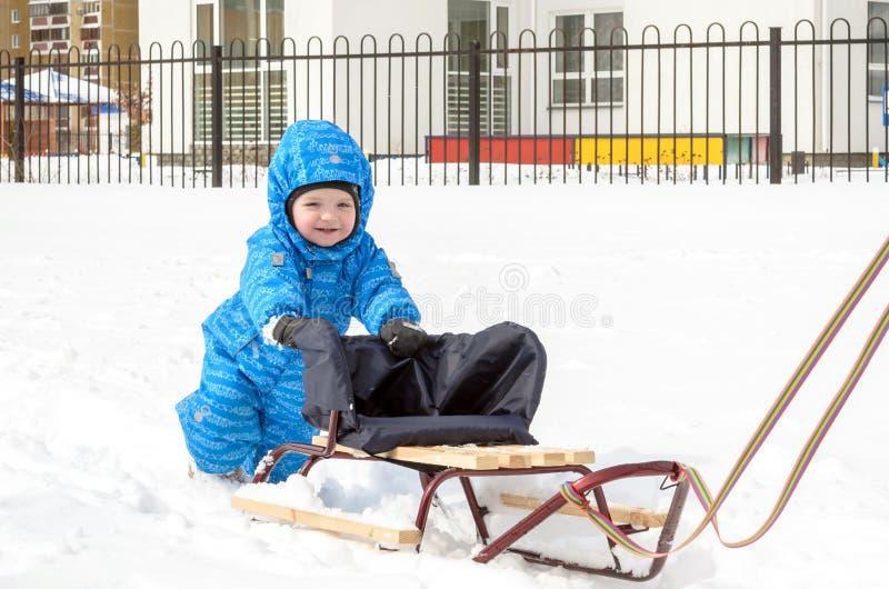 La jeune mère et petit le garçon appréciant le traîneau montent Sledding d'enfant Traîneau d'équitation d'enfant d'enfant en bas  images libres de droits