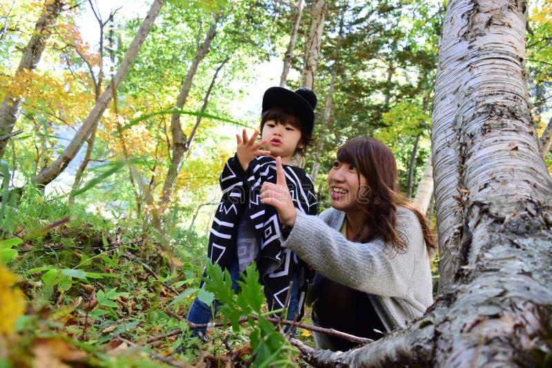 La jeune mère japonaise joue avec son fils photo stock