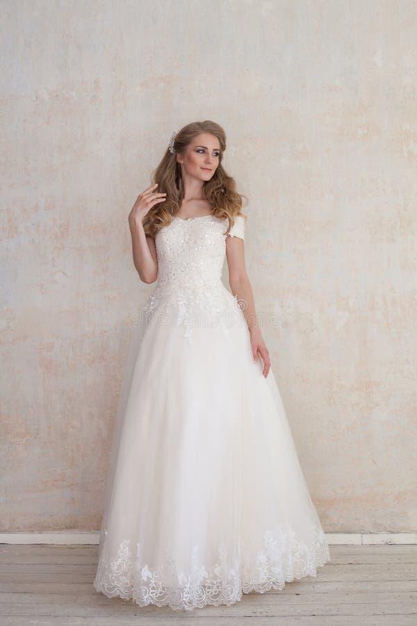 La jeune mariée à un mariage dans la robe de mariage blanche image stock