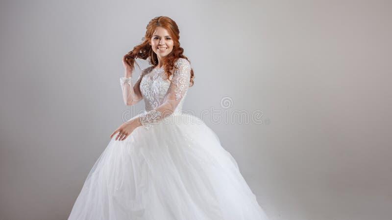 La jeune jeune mariée avec du charme rit, l'espace libre du côté droit photos stock
