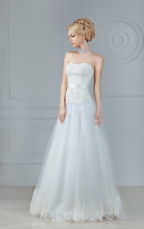 La jeune mariée dans une longue robe photographie stock