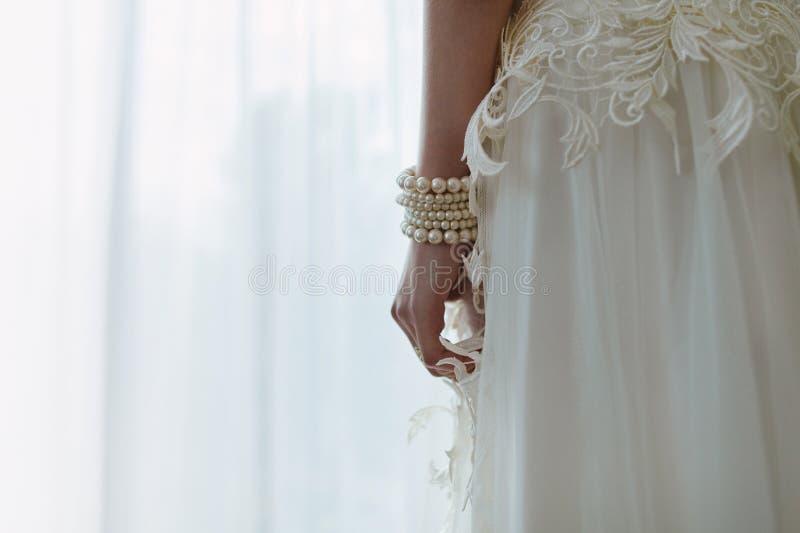 La jeune mariée, dans une robe de mariage luxueuse photographie stock libre de droits