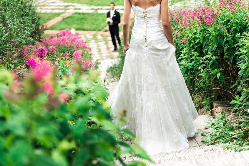 La jeune mariée descendant l'escalier à elle se toilettent largement photographie stock
