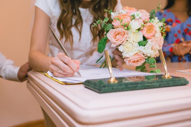 La jeune mariée donne son consentement au mariage photographie stock libre de droits